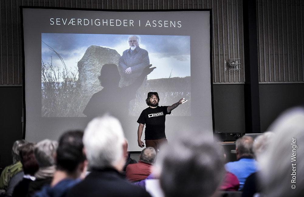 Journalist Anders Lund Madsen underholder på Frivillighedsdagen i Tommerup